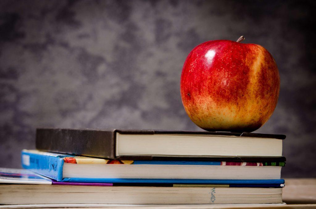 Manzana sobre una pila de libros