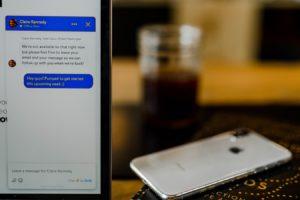 imagen de un chat en un ordenador junto a un teléfono móvil